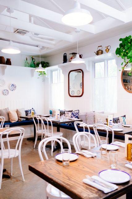 Café yang mempunyai interior bernuansa shabby chic,dan pastel.