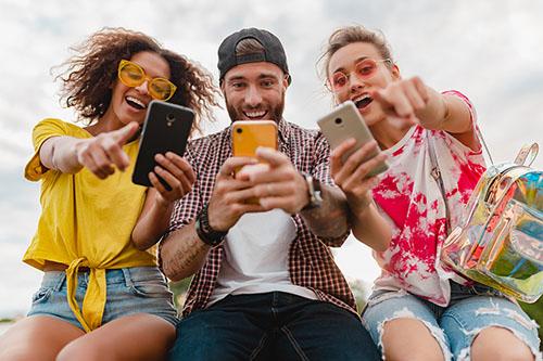 Remaja menggunakan smartphone (Photo by Marymarkevich)