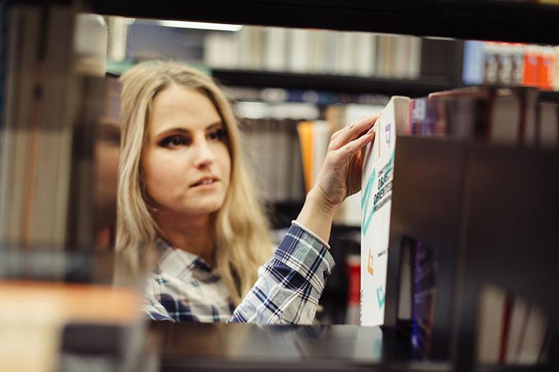 Baca buku untuk tambah pengetahuan (Photo by Freepik)