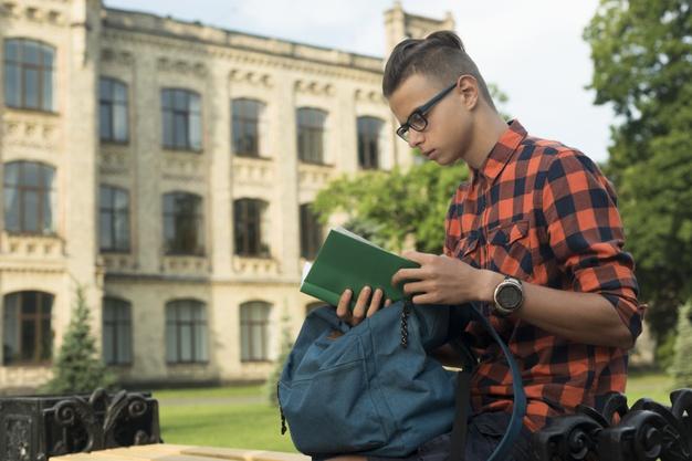 Belajar yang tekun bagian dari tanggung jawab pelajar (Photo by Freepik)