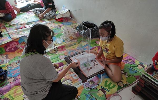 Pembatas Akrilik Sistem Puzzle Dalam Kegiatan Belajar Mengajar di Rumah Langit