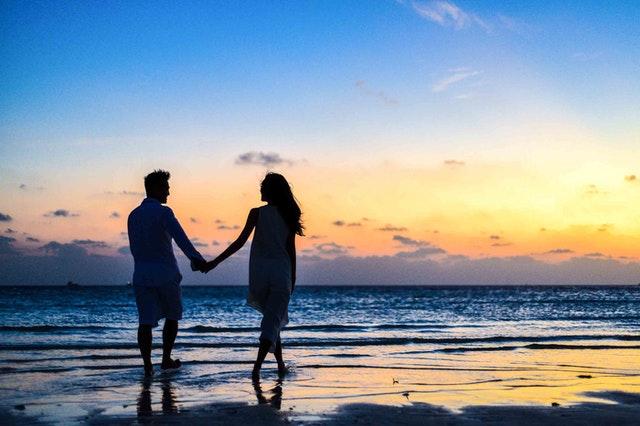 Sepasang kekasih yang berjalan di pantai by @Asad Photo Maldives on Pexels