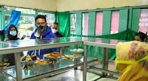 Sandiaga Uno memborong makanan di warteg Tebet, Jaksel. Foto:IS