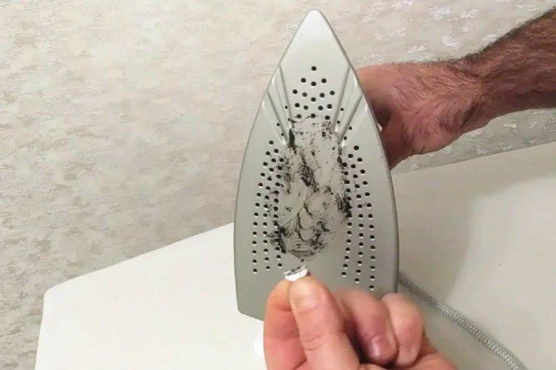 Cara membersihkan setrika gosong dengan garam