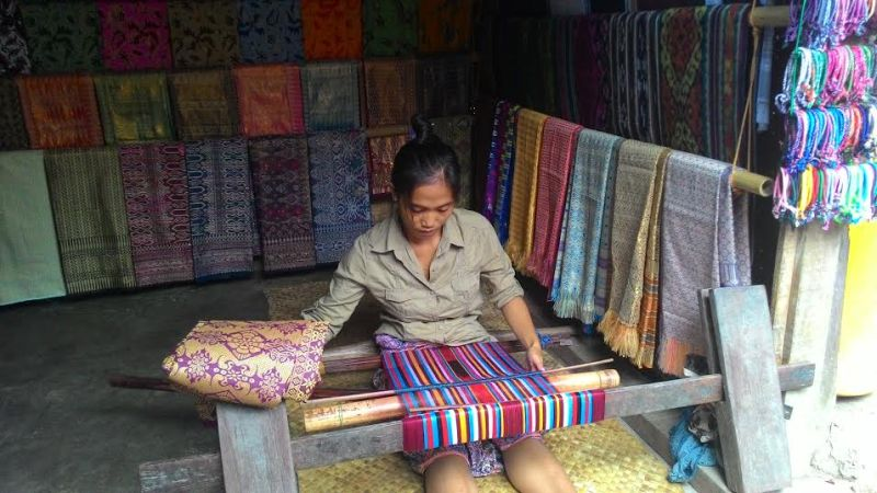 Perempuan suku sasak yang pandai menenun