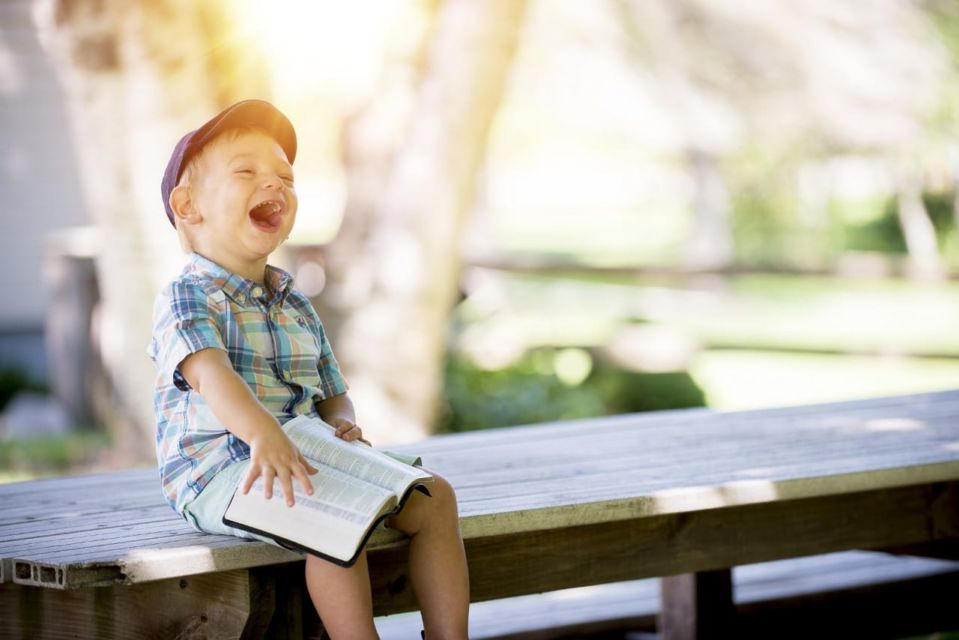 anak tertawa membaca