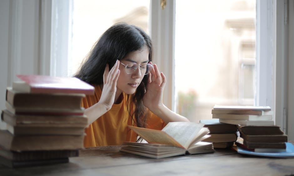 Murid Perempuan Di Perpustakaan