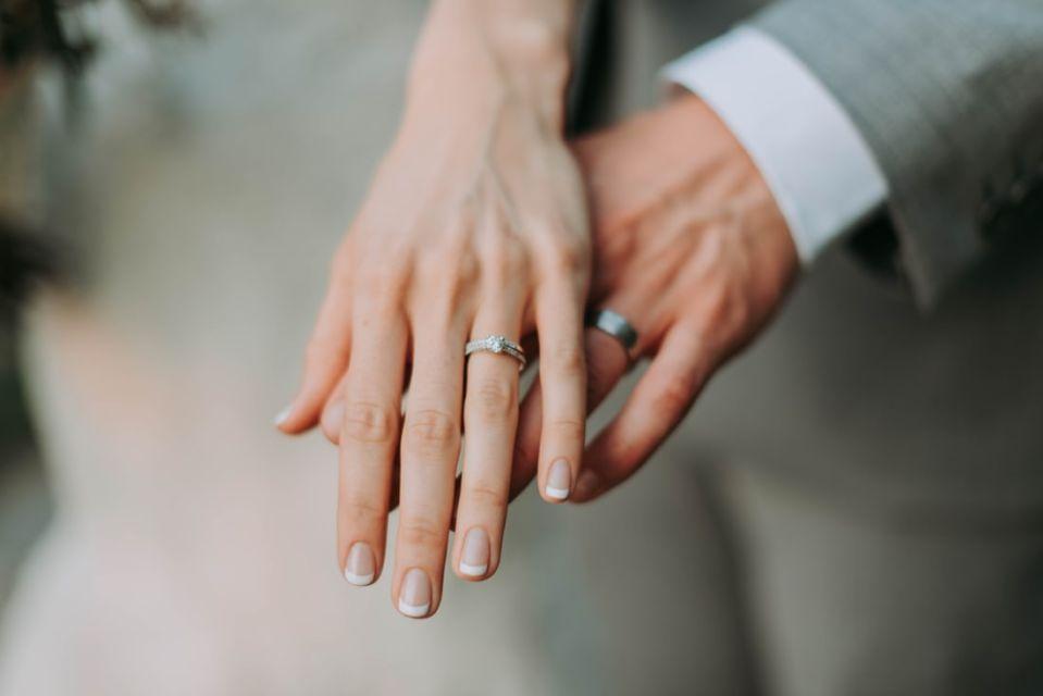 Sepasang Tangan Dengan Cincin Pernikahan