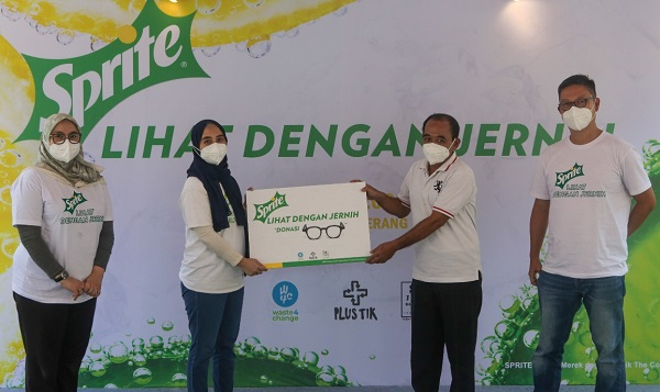penyerahan kacamatan daur ulang untuk masyarakat Banten