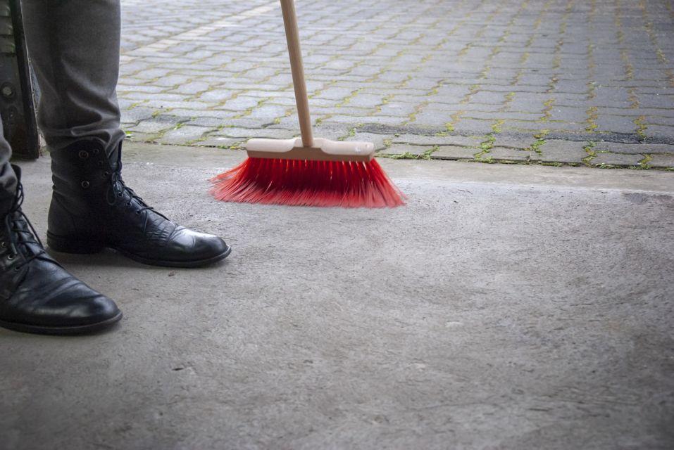 manfaat menyapu lantai
