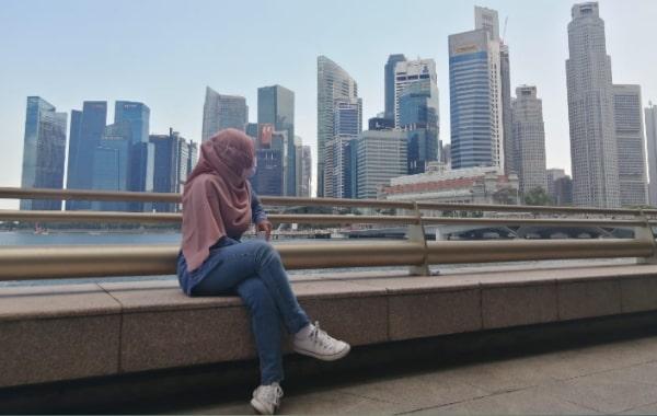 Tempat duduk di sekitar marina bay