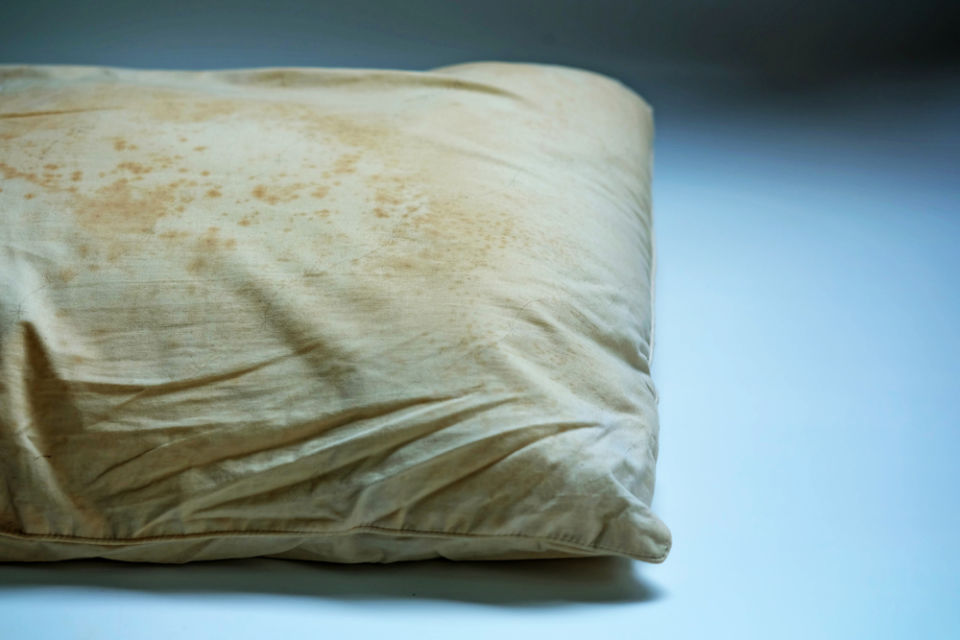 Cara menghilangkan noda jamur di bantal