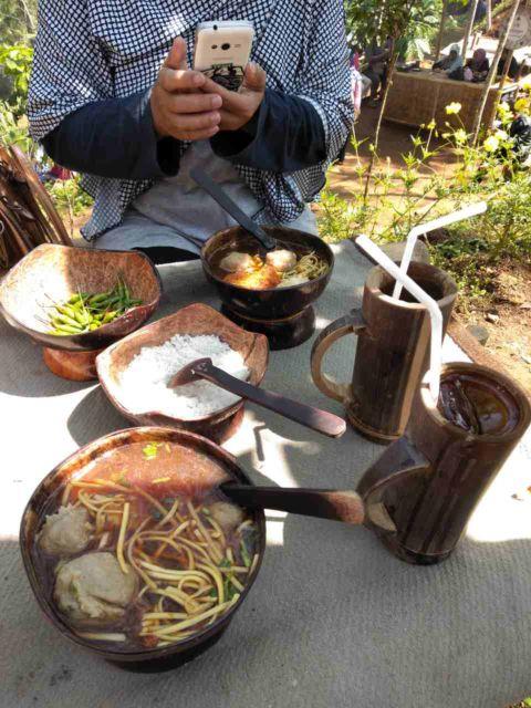 Bakso yang disajikan dengab mangkuk batok kelapa