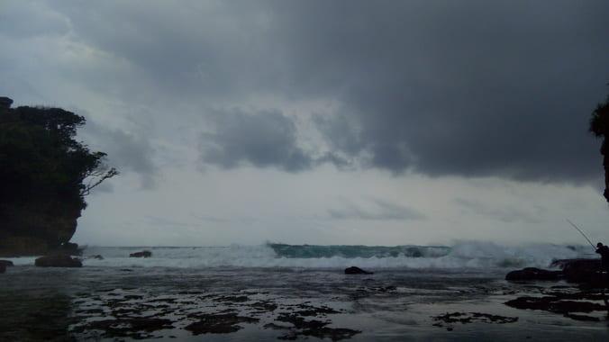 Pemandangan hamparan laut dari Pantai Ngetun by dokumentasi pribadi