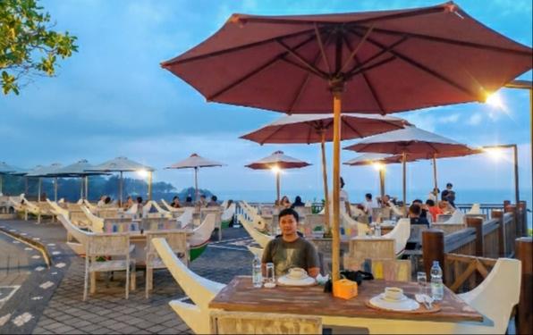 Pengunjung di De Jukung Resto