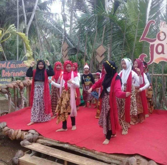 Pementasan anak-anak di Pasar Lodra Jaya