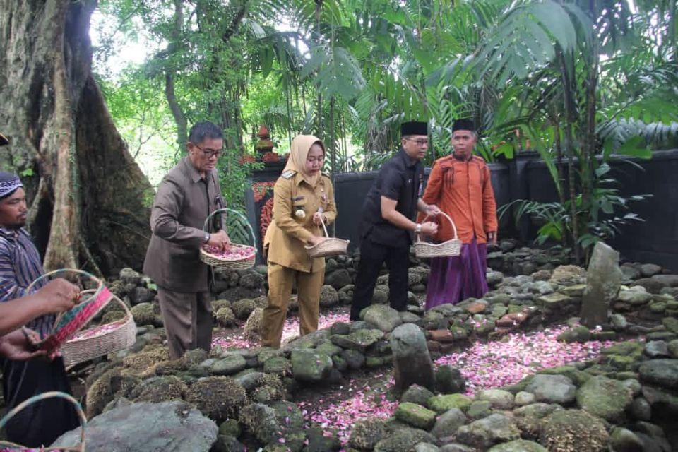 Ziarah Bupati Purbalingga ke Makam Leluhur di Onje, Purbalingga (Photo by Suprianto Spj from rri.co.id)a