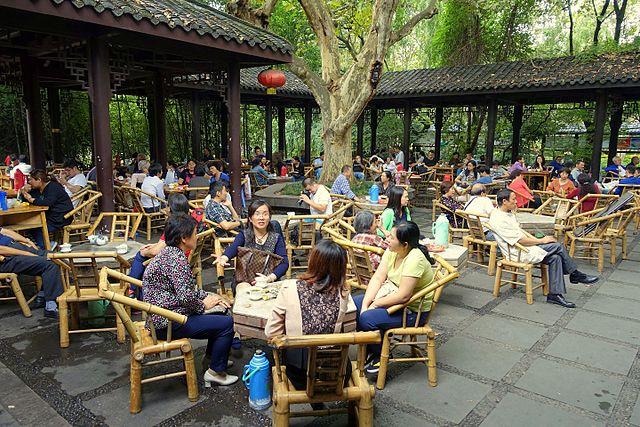 Orang-orang yang menikmati teh di kedai jalanan Chengdu (Photo by Daderot from commons.wikimedia.org)