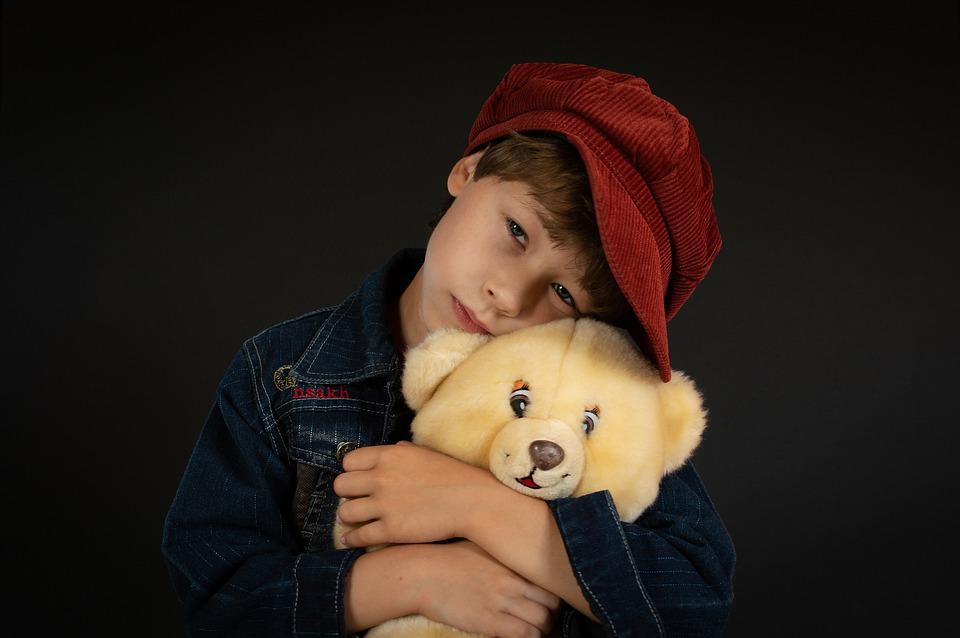 anak laki-laki  dan boneka