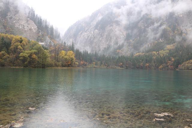 Danau berwarna toska dengan latar pegunungan musim gugur di Jiuzhaigou Valley (Photo by huangshengqian1 from Pixabay)
