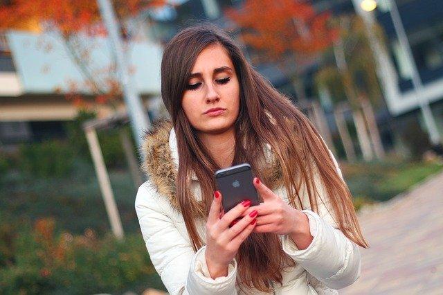ilustrasi melihat media sosial melalui ponsel