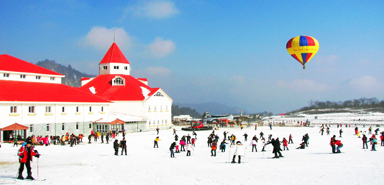 Resort Ski di Xiling Snow Mountain (Photo by chinadiscovery.com from www.chinadiscovery.com)