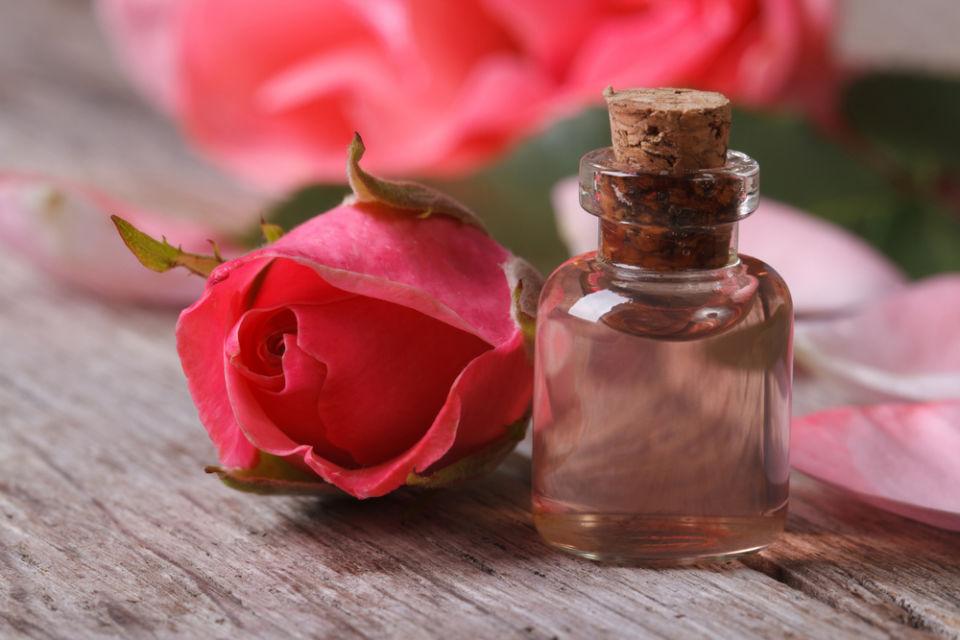 Cara memutihkan kulit dengan tepung beras dan air mawar