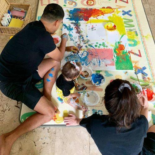 Raisa dan Hamish menemani Zalina melukis