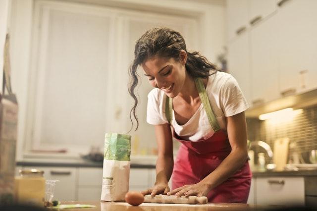 Ilustrasi perempuan sedang memasak by Andrea Piacquadio