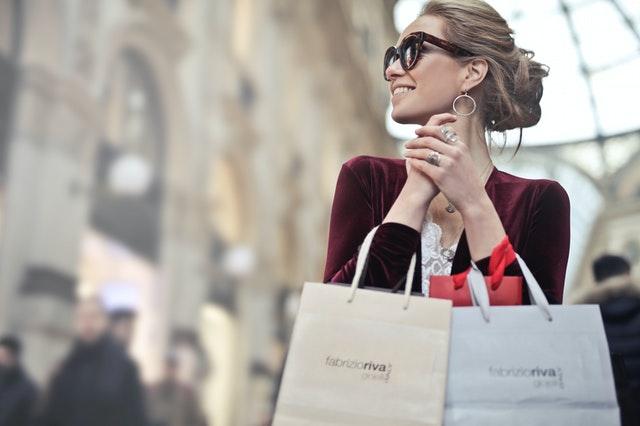 Ilustrasi perempuan sedang berbelanja by Andrea Piacquadio