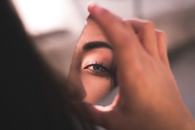 Ilustrasi perempuan yang sedang berkaca pada cermin yang pecah by Ismael Sanchez